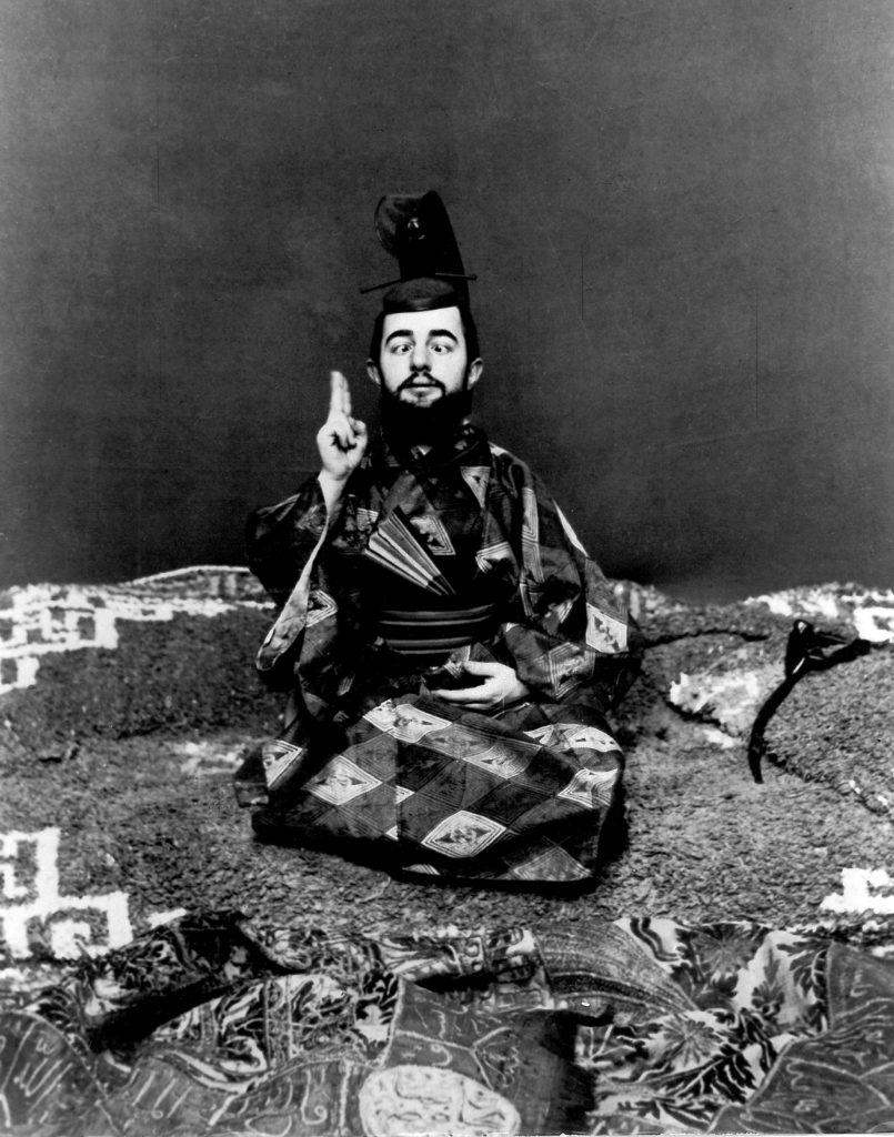 Lautrec strabico in abito giapponeseMaurice Guibert, Henri de Toulouse-Lautrec in abiti giapponesi che si finge strabico, 1892 circa, fotografia, Musée Toulouse-Lautrec, Albi