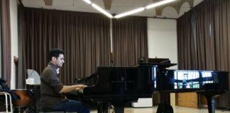 Aeham Ahmad durante la presentazione del suo volume a Milano (credit: Pagina Fb Civica Scuola di Musica C. Abbado)