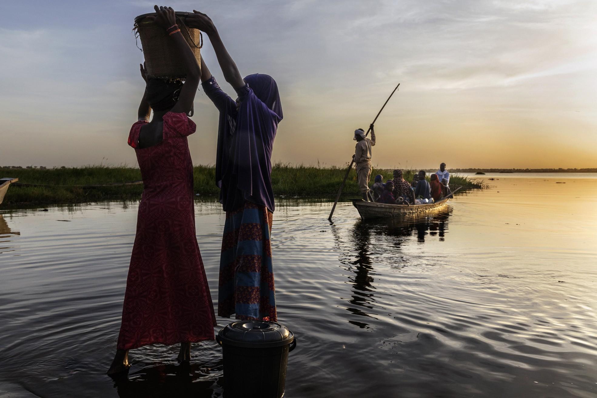 Africa, Ciad, 15 ottobre 2018. Una grave crisi umanitaria è in corso nel bacino del lago Ciad. Oltre due milioni di rifugiati, cinque milioni di persone a rischio di insicurezza alimentare e 500.000 bambini affetti da malnutrizione acuta. Il lago Chad è vittima del desertificazione che ne sta minacciando la stessa esistenza della popolazioni che ne abitano le rive e dell'ecosistema che lo popola. Dagli anni 50 ad oggi, il lago Chad che era il quarto lago più grande d'africa, ha ridotto la sua superficie del 90%. © Marco Gualazzini / Contrasto