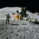 Sbarco sulla luna: astronauti con la bandiera americana