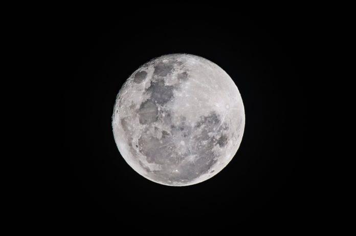 La luna in una Foto di Bruno Scramgnon